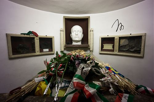 mussolini tomb picture